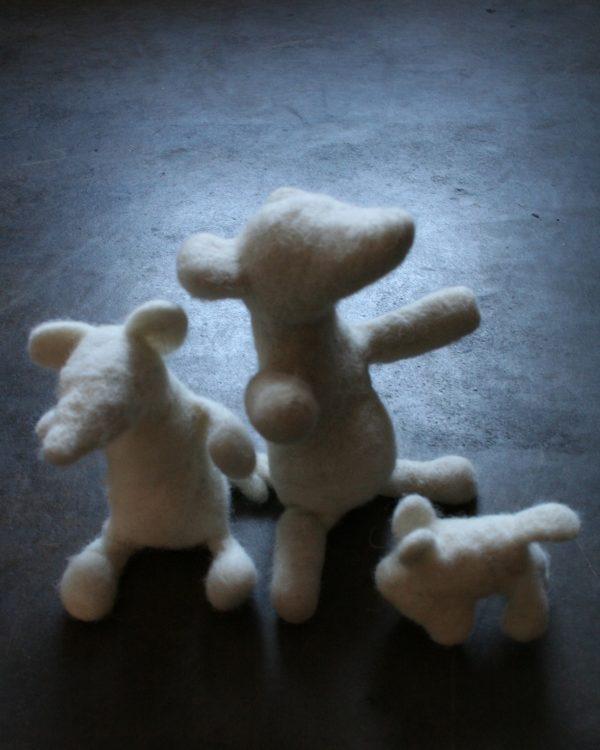 Skulpterat med filtnål och 100 % svensk texelull. Filtmakeriet