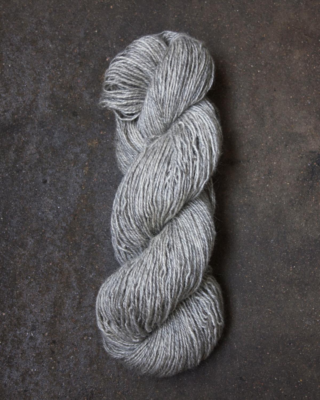 Filtmakeriets varpullgarn Ljusgrå 2-trådigt 100 % svensk fårull