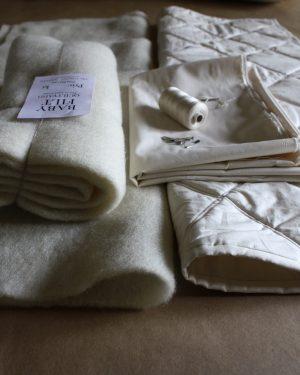 Babyfilt, quiltvadd av 100 % svensk texelull GOTS/IVN certifierat bomullstyg. Filtmakeriet