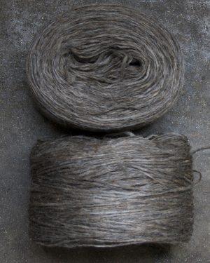 Filtmakeriets klassiska förgarn brungrå 100 % svensk fårull