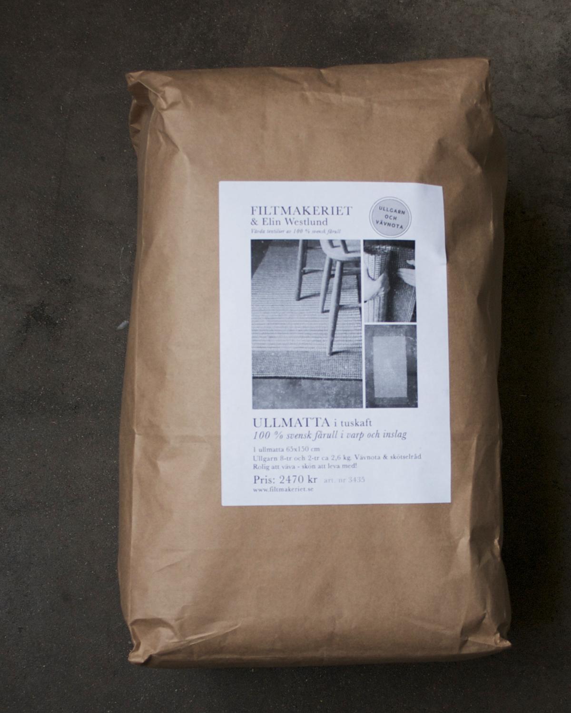 Förpackning Ullmatta 65x150 cm i färgerna varmgrå och naturvit 100% svensk fårull, Filtmakeriet Ullspineriet i Kilafors Hälsingland.