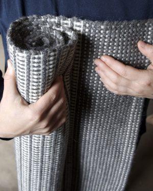 Ullmatta 65x150 cm i färgerna varmgrå och naturvit 100% svensk fårull, Filtmakeriet Ullspineriet i Kilafors Hälsingland.