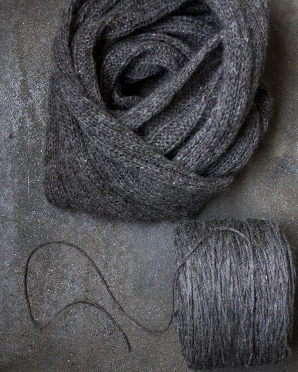 Resåstickad sjal i Filtmakeriets Finullsförgarn Varmgrå