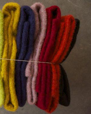 Filtmakeriets CLEO färgad nålfilt. Gulmelerad, mörk lila, rosa melerad, röd, orange och svart för tovning