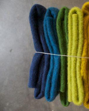 Filtmakeriets CLEO färgad nålfilt. Mörkblå, turkos, grön, lime och gulmelerad för tovning