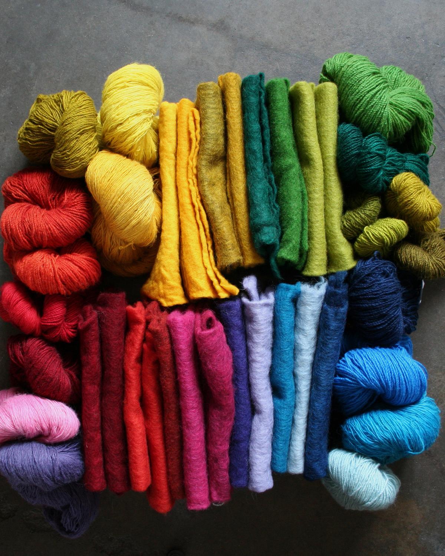 Handfärgat garn och nålfilt, av 100 % svensk fårull från Filtmakeriet. Olika nyanser och styrkor baserat på 7 färgämnen, kall gul 1:0 varm gul 1:1, varm röd 2:1, ceriseröd 2:0, klar blå 3:0, marin 3:1 och svart 4:0