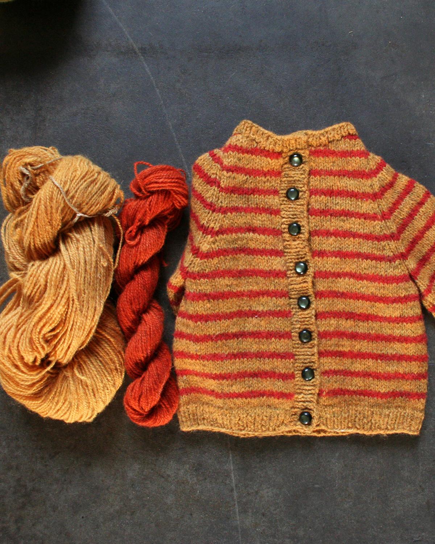 Stickad barnkofta i Filtmakeriets klassiska ullgarn, handfärgat, av 100 % svensk fårull