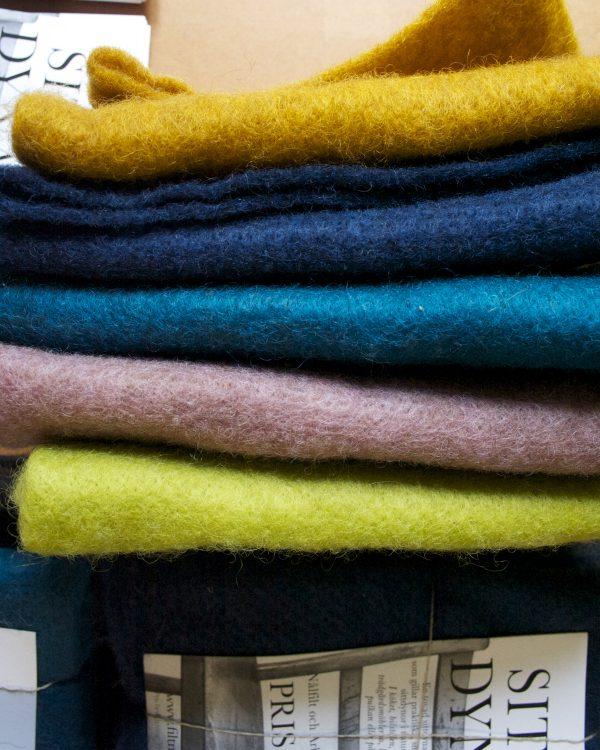 Filtmakeriets sittdynor i 5 färger. gulmelerad, mörkblå,turkos,rosa melerad och lime. 100 % svensk fårull