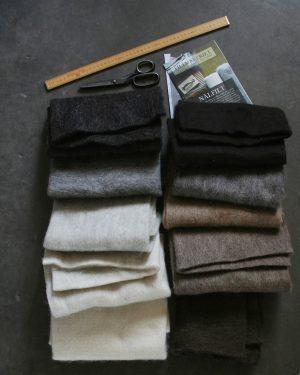 Filtmakeriets SVIA materialprov, 50x50cm. Ljus svart, grå, ljusgrå, bruten vit, naturvit, natursvart, varmgrå, ljusbrun, brungrå och mörkbrun. Nålfilt för tovning 100 % svensk fårull