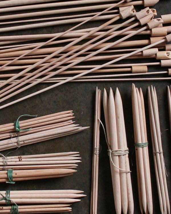 Filtmakeriet säljer Trästickor 35 cm och strumpstickor 20 cm för handstickning