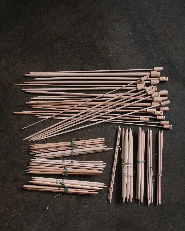 Filtmakeriet säljer Trästickor 35 cm strumpstickor 20 cm för handstickning