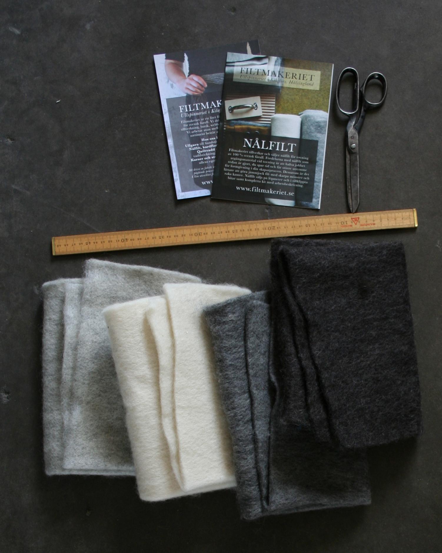 Filtmakeriets LECA materialprov, 50x50cm. LJusgrå, naturvit, grå och mörk gråbrun. Nålfilt för tovning 100 % svensk fårull