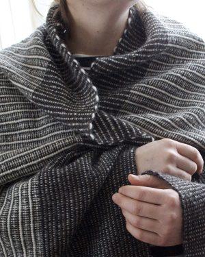 Filt med fält i 100 % svensk fårull. Vävnota och ullgarn säljs av Filtmakeriet