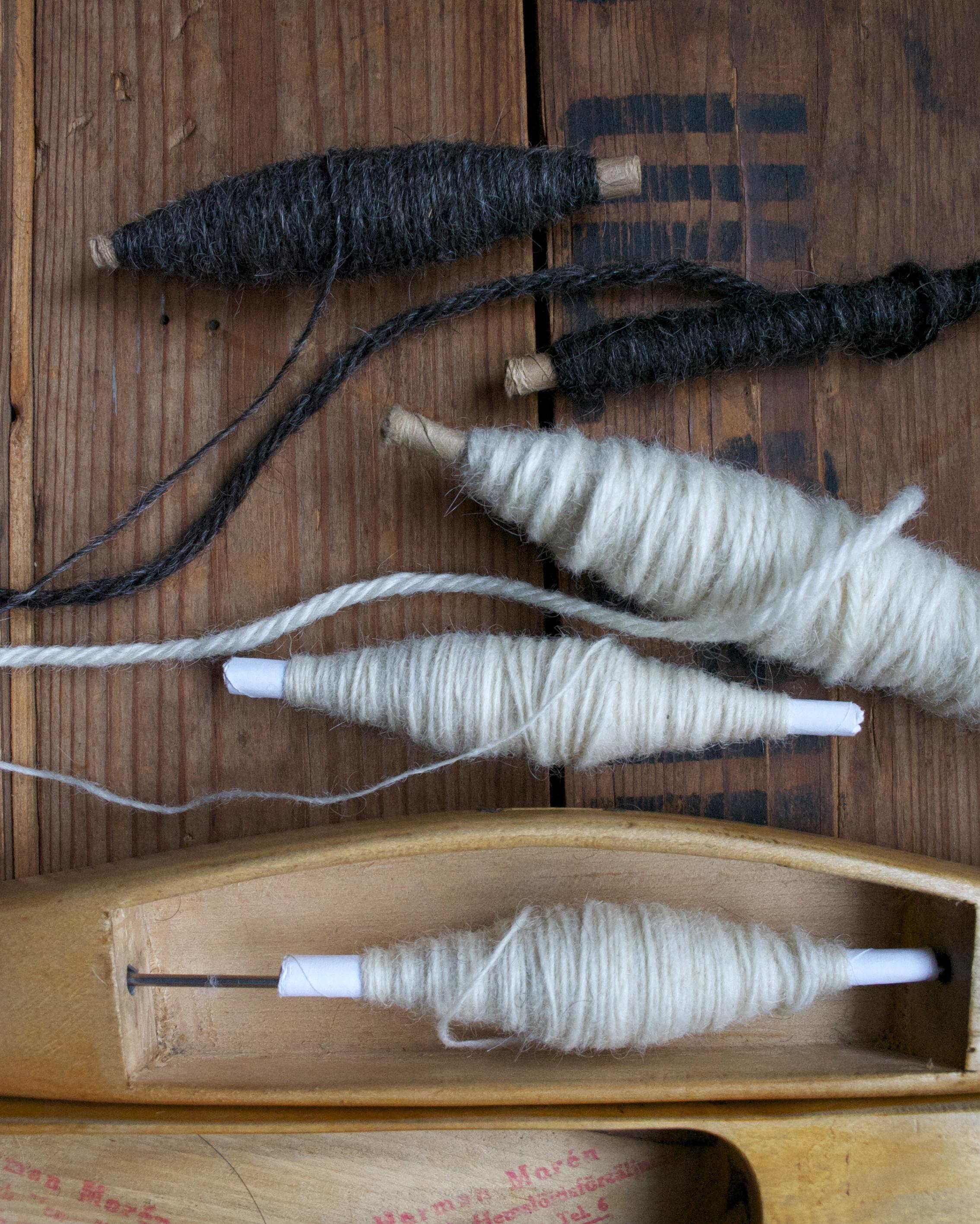 1- 0ch 4trådigt garn till Filt med fält i 100 % svensk fårull. Vävnota och ullgarn säljs av Filtmakeriet