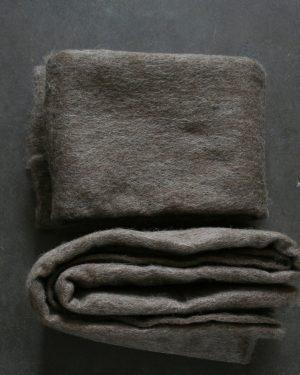 Filtmakeriets SVIA brungrå. Nålfilt för tovning av 100 % svensk fårull