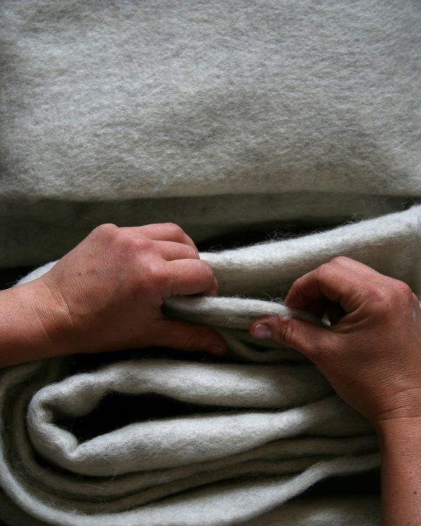 Filtmakeriets SVIA bruten vit. Nålfilt för tovning av 100 % svensk fårull