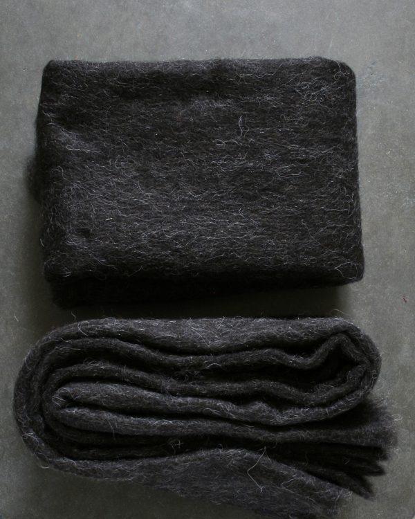 Filtmakeriets SVIA ljus svart. Nålfilt för tovning av 100 % svensk fårull