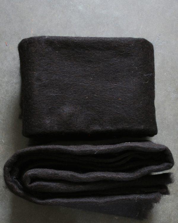 Filtmakeriets SVIA natur svart. Nålfilt för tovning av 100 % svensk fårull
