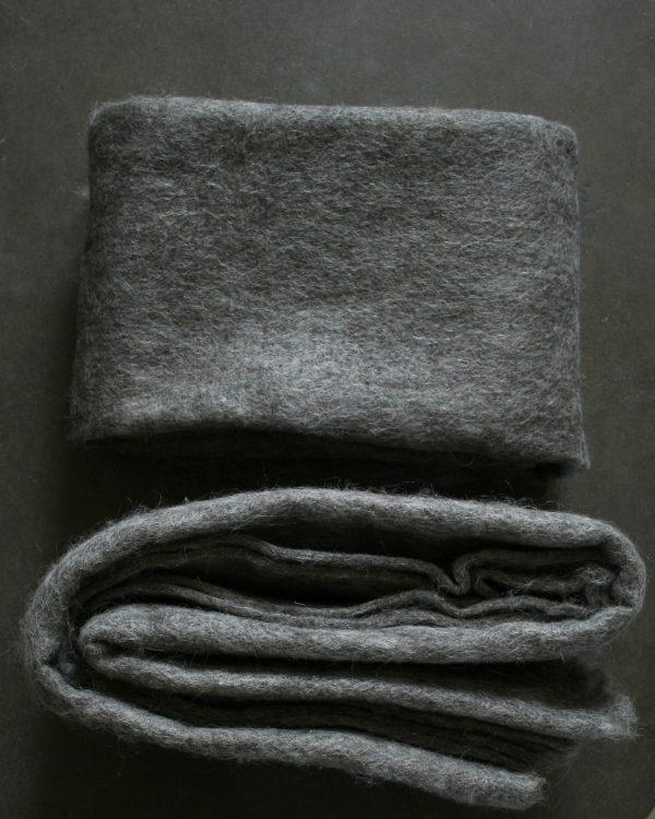 Filtmakeriets SVIA varm grå. Nålfilt för tovning av 100 % svensk fårull